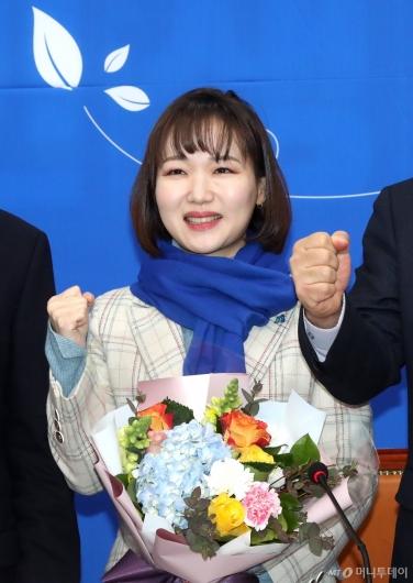 [사진]파이팅 외치는 민주당 인재영입 6호