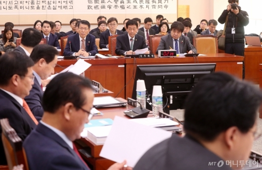 [사진]질의 경청하는 진영 장관