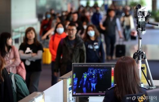 [사진]인천공항, 중국발 '원인불명' 폐렴 검역 강화