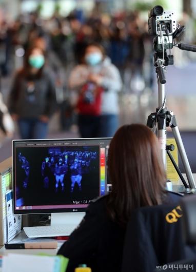 [사진]중국발 항공기 승객들 검역 강화