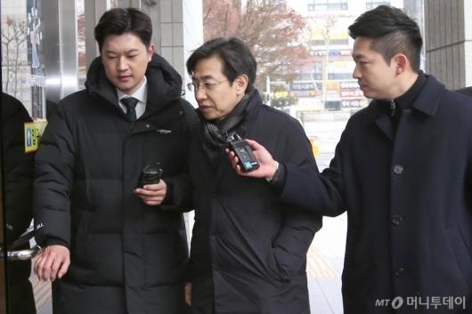 [사진]'지하철 불법촬영' 김성준 전 앵커, 법원 출석