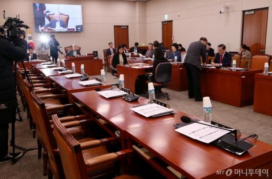 [사진]민주당 불참 속 국회 법사위