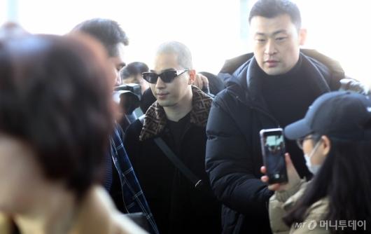 [사진]태양, 팬들 사이로 입장