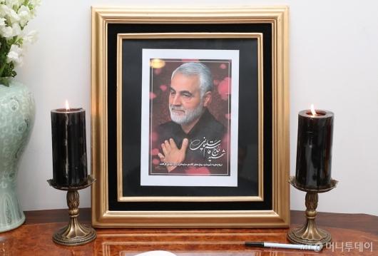 [사진]이란대사관에 놓아진 솔레이마니 영정