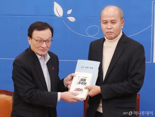 [사진]당헌-당규 서적 전달하는 이해찬 대표