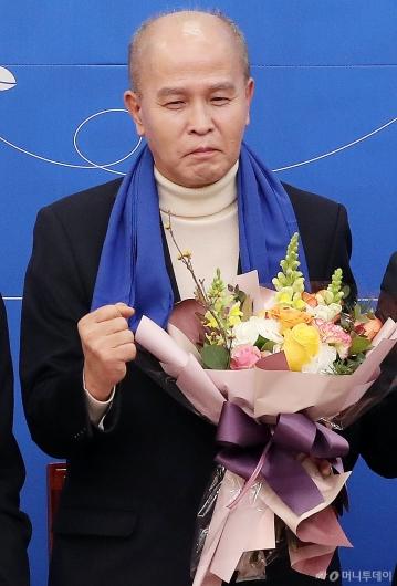 [사진]파이팅 외치는 민주당 영입 7호 이용우 카뱅 공동대표
