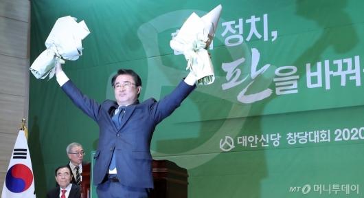 [사진]최경환 신임 대안신당 대표 '정치 판을 바꿔봅시다'
