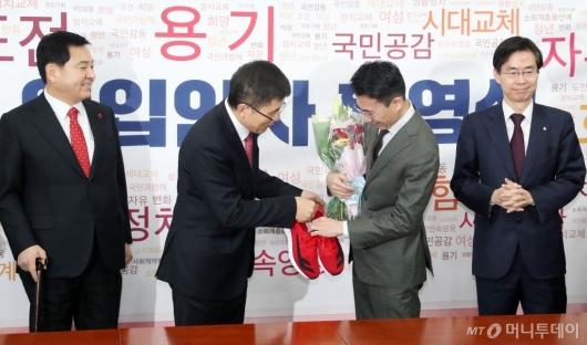 [사진]빨간 신발 전달하는 황교안 대표