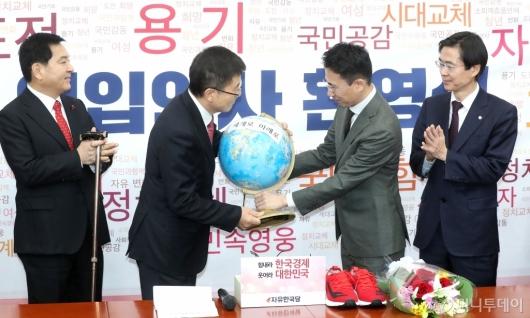 [사진]황교안 대표에게 지구본 전달하는 영입인사 3호