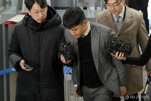 [사진]'성매매 알선-원정도박 혐의' 승리, 두번째 영장심사 출석