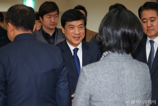 [사진]직원들과 이야기하는 이성윤 신임 서울중앙지검장
