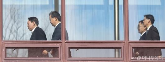 [사진]구내식당 향하는 윤석열 검찰총장
