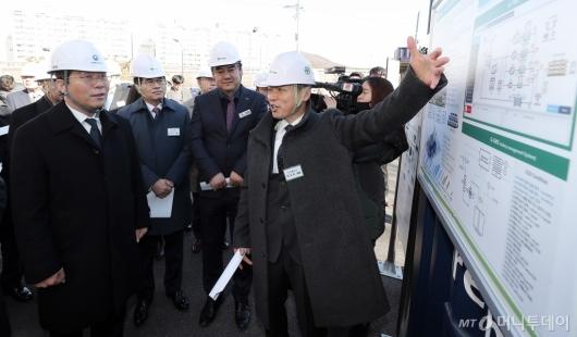 [사진]수전해 제조 중소기업 방문한 성윤모 장관