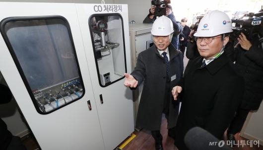 [사진]'수소경제 1년' 현장 시찰 나선 성윤모 장관