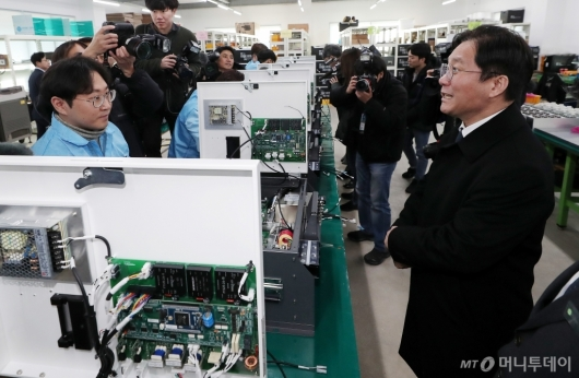 [사진]수전해 중소기업 방문한 성윤모 장관