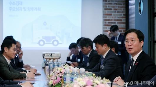 [사진]수소경제 성과 설명하는 성윤모 장관