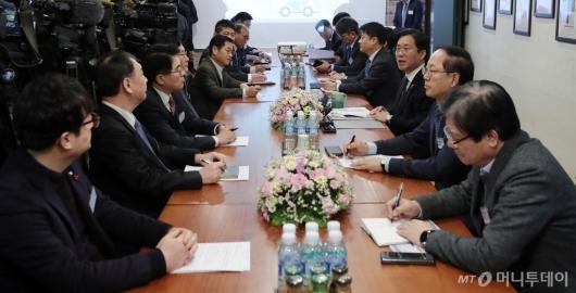 [사진]수소경제 현장 관계자들 만난 성윤모 장관