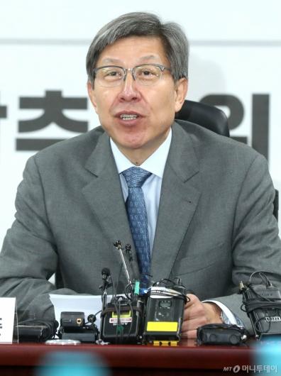 [사진]발언하는 박형준 위원장