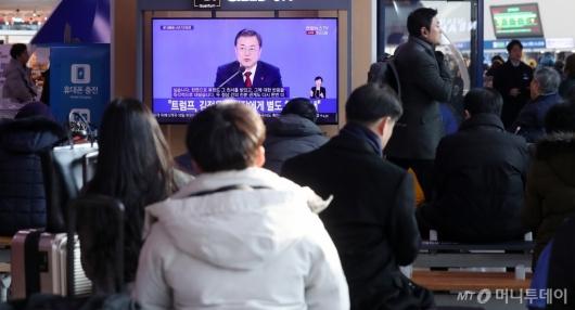 [사진]文대통령 신년 기자회견 시청하는 시민들