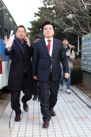 [사진]1심 선고 마친 원유철 의원...'징역 10월·벌금 90만원'
