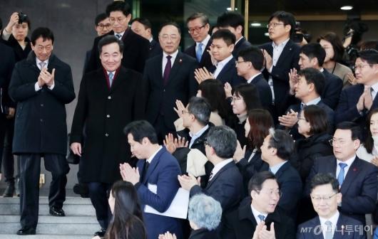 [사진]기립박수 받는 이낙연 전 총리