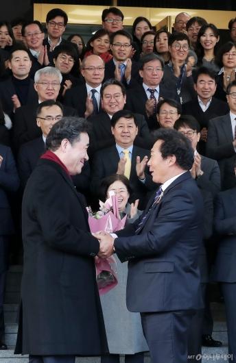 [사진]태풍 피해마을 이장에게 꽃다발 받는 이낙연 전 총리