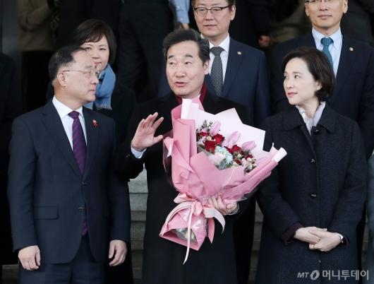 [사진]홍남기 부총리와 대화 나누는 이낙연 전 총리