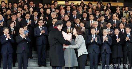 [사진]꽃다발 받는 이낙연 전 국무총리