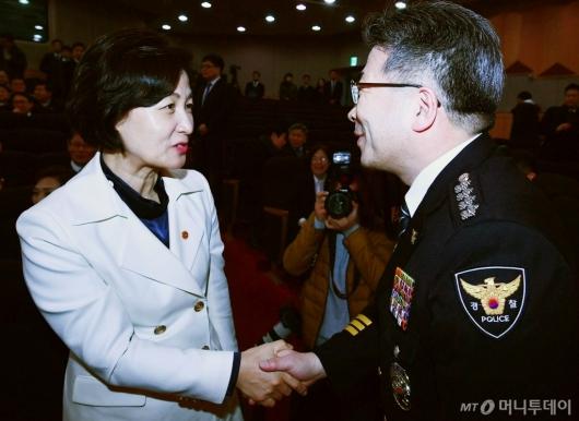 [사진]민갑룡 경찰청장과 악수하는 추미애 법무부 장관