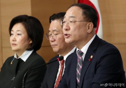 [사진]홍남기 부총리 '2019년 3대 고용지표 V자 반등 성공'