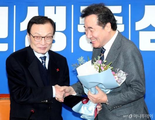 [사진]꽃다발 받는 이낙연 전 총리