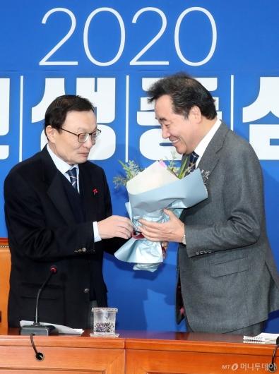 [사진]민주당 복귀하며 꽃다발 받는 이낙연