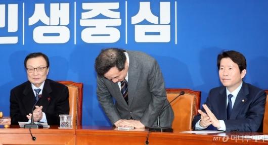 [사진]박수 받는 이낙연 전 총리