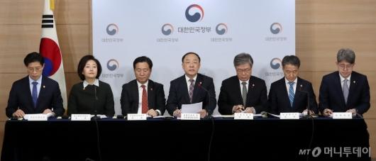 [사진]2019년 고용동향 및 정책방향 브리핑 나선 관계부처 장관들