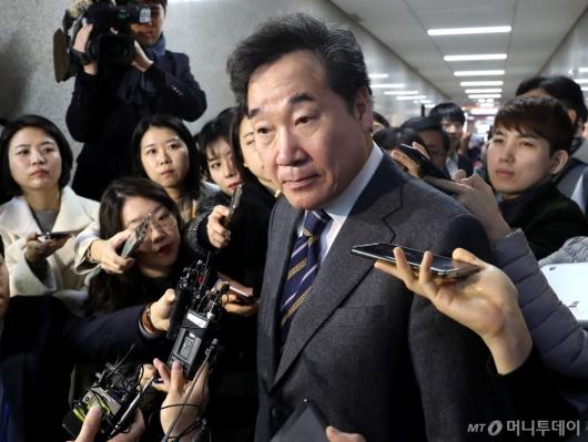 [사진]취재진 질문 경청하는 이낙연 전 총리