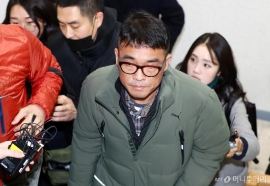 [사진]강남경찰서 출석하는 김건모