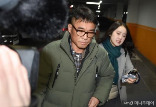 [사진]김건모, 굳은 표정으로 강남서 출석