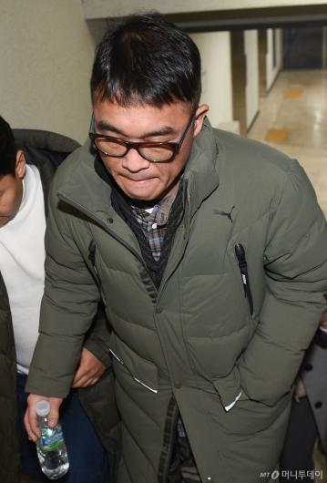 [사진]'성폭행 피소' 김건모, 강남경찰서 출석...'묵묵부답'