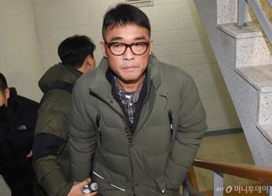 [사진]강남서 출석하는 가수 김건모