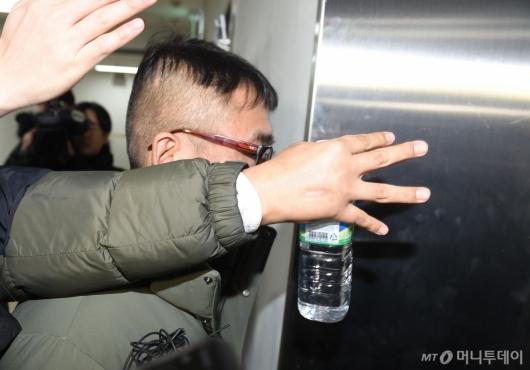 [사진]피고소인 조사 위해 출석하는 김건모