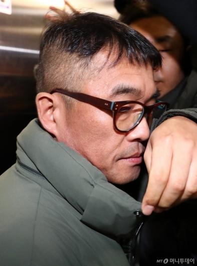 [사진]입 다문 채 강남경찰서 출석하는 김건모