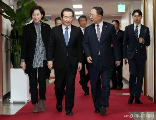 [사진]국무회의장 들어서는 정세균-홍남기-유은혜