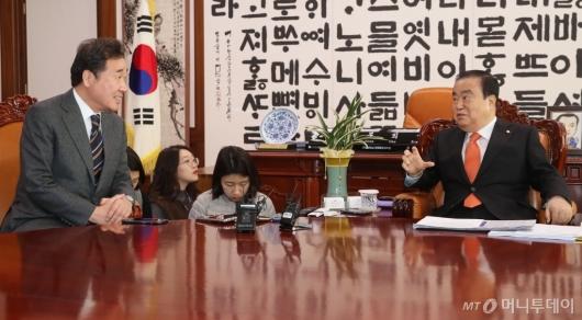 [사진]환담하는 이낙연 전 국무총리-문희상 국회의장