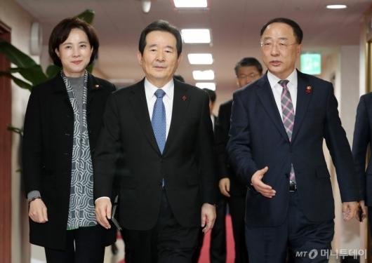 [사진]국무회의장 들어서는 정세균-유은혜-홍남기