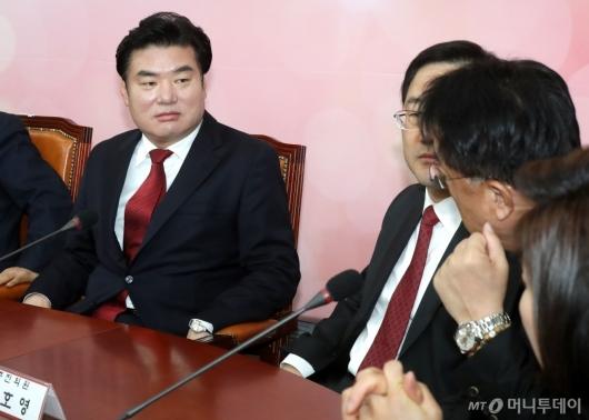 [사진]당 의원들과 대화하는 원유철