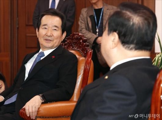 [사진]국회의장과 대화하는 정세균 총리