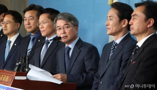 [사진]입당 소감 밝히는 육동한 전 국무총리실 국무차장