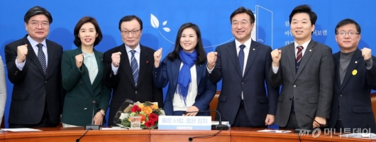 [사진]민주당, 9호 영입인재와 함께 파이팅