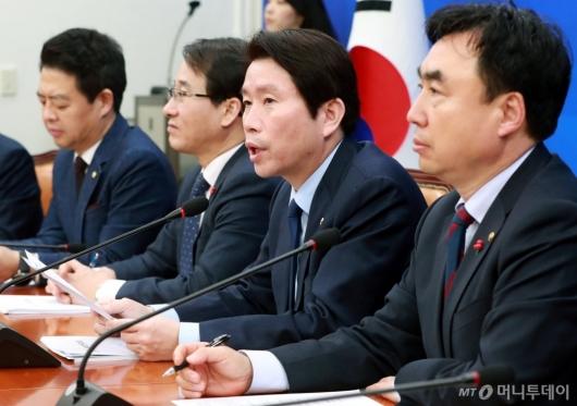 [사진]정책조정회의 주재하는 이인영