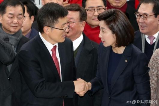 [사진]악수하는 황교안 대표-나경원 서울시당위원장
